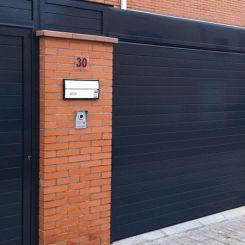 peatonal-y-cierre-de-aluminio-recto-fachada-gris-2