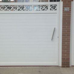 Puerta-de-aluminio-batiente-y-peatonal-blanca-con-cenefa
