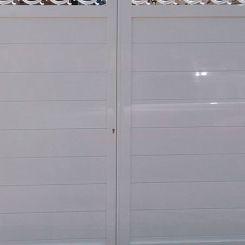puerta-batiente-con-cenefa-en-aluminio-soldado