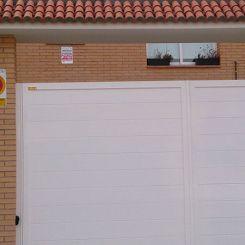 puerta-batiente-con-desnivel-en-aluminio-soldado