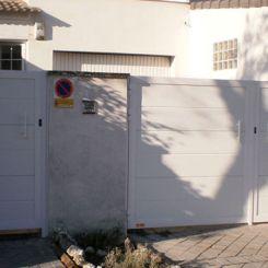 puerta-batiente-de-panel-acanalado-ancho