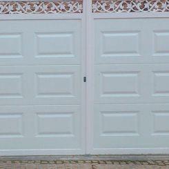 puerta-batiente-de-panel-con-cenefa-superior-y-cercos-metalicos-mas-peatonal