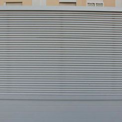 puerta-corredera-de-aluminio-soldado-con-mallorquina-superior
