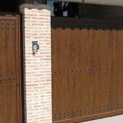 puerta-corredera-peat-imitacion-madera-con-clavos