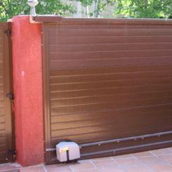 puerta-corredera-seccional-acanalada-marron-por-dentro