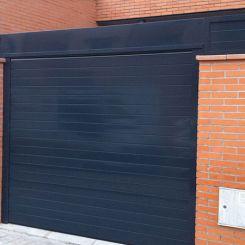 peatonal-y-cierre-de-aluminio-recto-fachada-gris