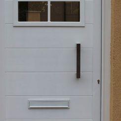 puerta-peatonal-de-aluminio-soldado-con-ventana-decorativa