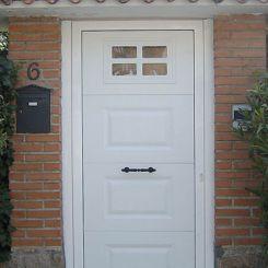 puerta-peatonal-de-cuarteron-con-ventana-decorativa