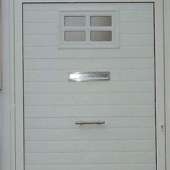 puerta-peatonal-de-panel-con-ventana-decorativa-y-buzon