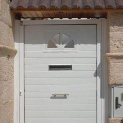 puerta-peatonal-de-panel-con-ventana-y-buzon