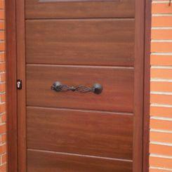 puerta-peatonal-de-panel-imitacion-a-madera