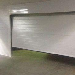 Seccional-acanalada-en-garaje-interior-abriendo