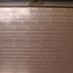 puerta-seccional-acanalada-marron-con-mallorquina-superior