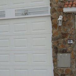 puerta-seccional-de-cuarteron-con-fijo-superior-acristalado-y-ciego