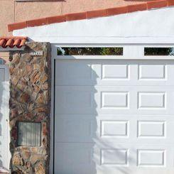 puerta-seccional-de-cuarterones-con-fijo-acristalado-2