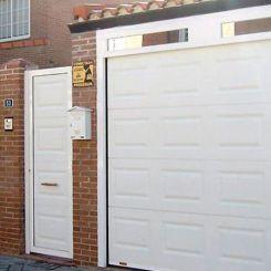 puerta-seccional-de-cuarterones-con-fijo-acristalado