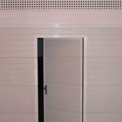puerta-seccional-dintel-troquelado-con-peatonal-insertada