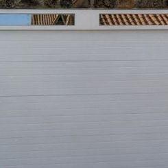 seccional-blanca-con-dintel-acristalado